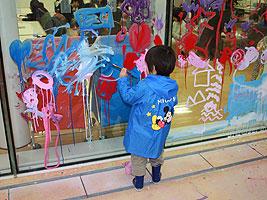 あざみ野でアート体験を楽しむ子どもの画像