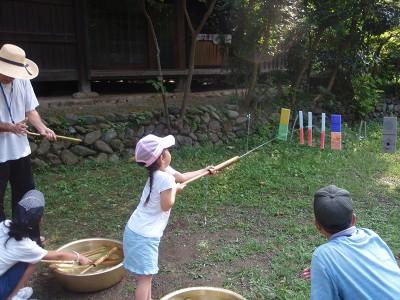 日本民家園で水でっぽうを興じる体験できるイベントの画像