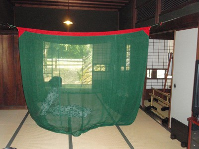 納涼民家園で蚊帳でごろ寝体験ができるイベントの画像