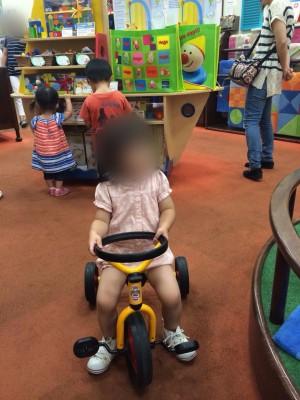 横浜ベイクォーターの子連れでおでかけにおすすめな三輪車で遊ぶ子どもの画像
