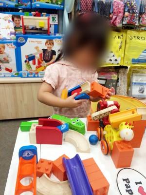 横浜ベイクォーターの子連れでおでかけにおすすめなボーネルンドで遊ぶ子どもの画像