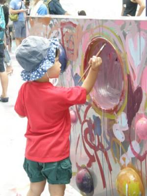横浜美術館の子どものアトリエで創作塗り絵に没頭する子どもの画像