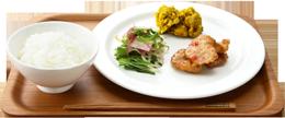 カフェで人気のデリがCafé&Meal MUJIの店内で食べる料理のイメージ画像