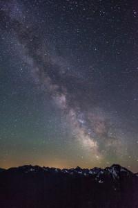 夜空に浮かぶ満点の星空の画像