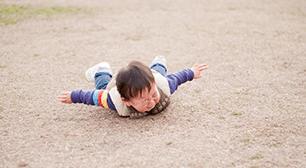 子どもが転倒!病院に連れて行くべき症状とたんこぶが出来た時の応急処置の画像