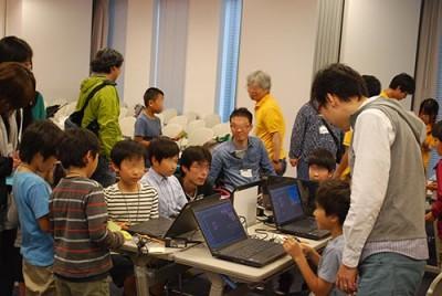 スクラッチを使ってゲームをプログラムしていく体験教室に参加する子ども達の画像02