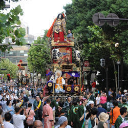東京のお祭りと言えば御神輿を担ぐ人々と観客の画像