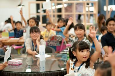 スクラッチを使ってゲームをプログラムしていく体験教室に参加する子ども達の画像