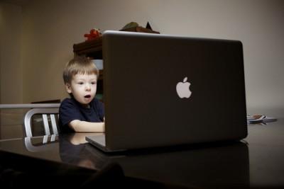 子どもがスクラッチを使ってゲームをプログラムする画像