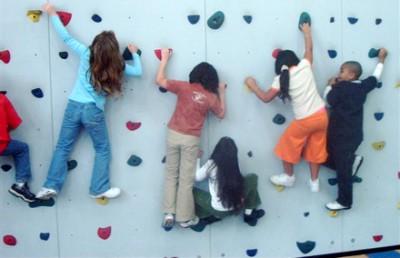 都内で子ども達がボルダリングを楽しく練習する画像