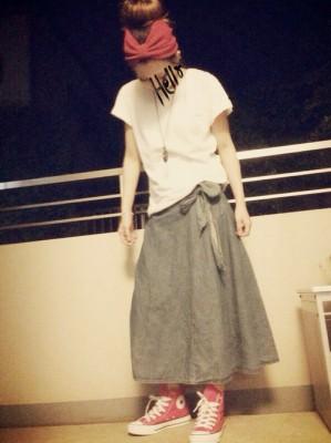 グレーのロングスカートにピンクのコンバースのコーディネート画像