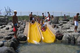 辻堂海浜公園のプールで子ども用のスライダーで遊ぶ画像