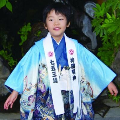 七五三のお参りにおすすめな神田明神で法被を着る子どもの画像