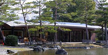 福岡の紅葉でおすすめな公園内にある休憩所の画像