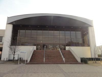 福岡の紅葉でおすすめな公園内にある文化ホールの画像