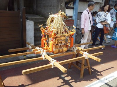 戸越銀座の商店街のお祭りに登場する御神輿の画像