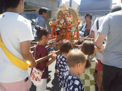 戸越銀座の商店街のお祭りに参加する子どもたちの画像