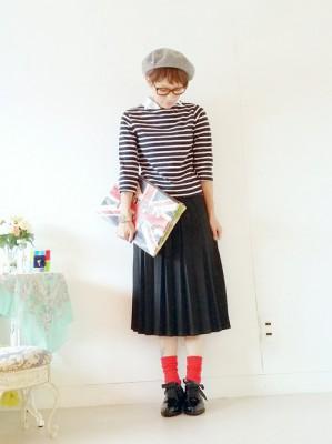 黒いミモレ丈スカートは赤い靴下での画像