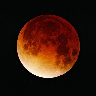 皆既月食の天体ショーのイメージ画像