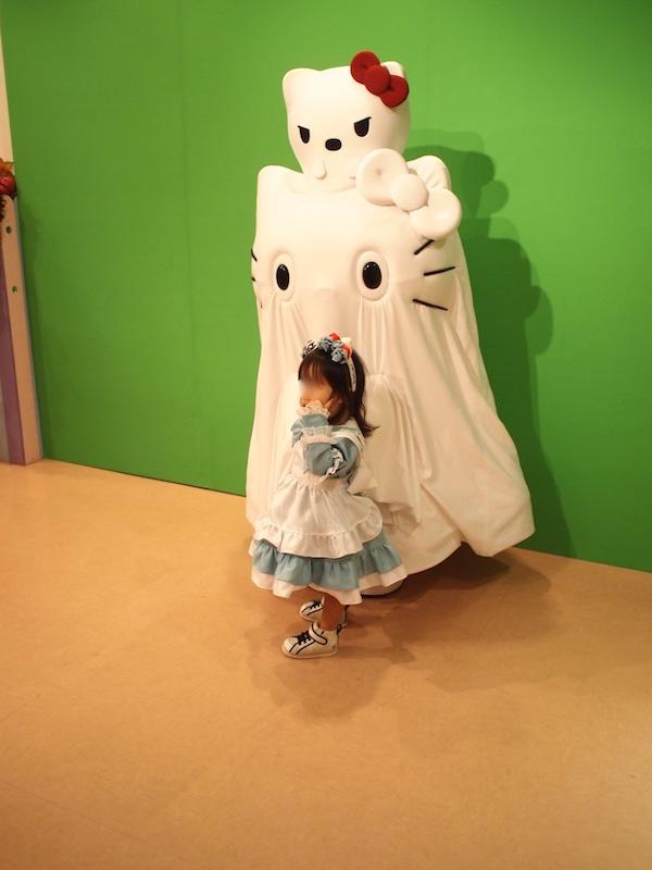 ハロウィンイベントでキティと記念撮影をする子どもの画像