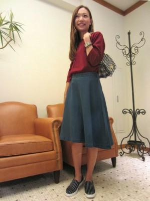 カラーミモレ丈スカートのコーディネート画像