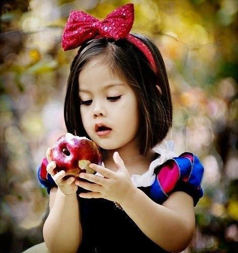 東京ディズニーランドのハロウィンで仮装する子どものイメージ画像