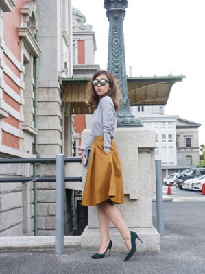 黄色のミモレ丈スカートのコーディネートの画像