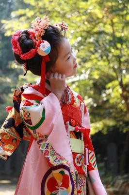 七五三のお参りに衣装を着た女の子の画像