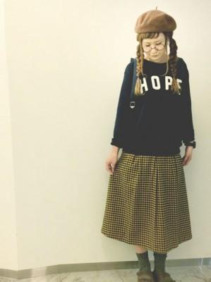 チェックのミモレ丈スカートのコーディネート画像