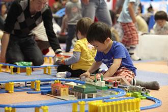プラレールプレイランドのイベントで遊ぶ子どもたちの画像