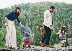 家族連れで森を歩いている画像