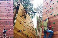 箱根のフォレストアドベンチャーで親子でボルダリングを体験するイメージ画像