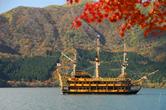 紅葉の芦ノ湖海賊船とスポット画像