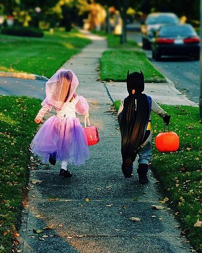 ハロウィンイベントで仮装した子どもたちが歩道を走っている画像