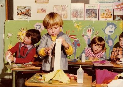 男の子が工作をしている画像