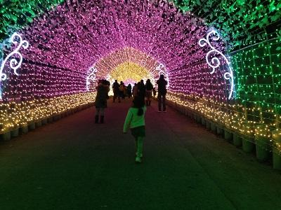 光のトンネルに女の子が歩いている画像