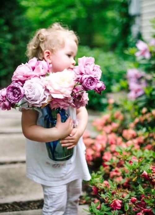 バラ園で有名な関東のスポットを訪れる少女の画像