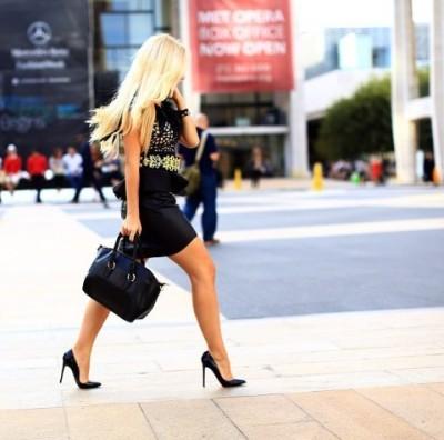 黒いスーツを着た女性の画像
