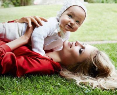 ママと赤ちゃんが遊び場にいるイメージ画像