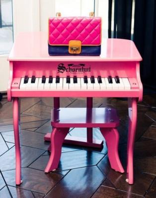ピンクのおもちゃのピアノの画像