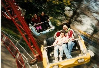 大阪のひらかたパークのアトラクションに乗る親子の画像