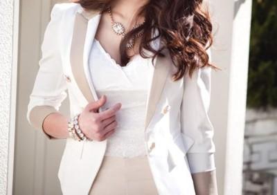 白いスーツ姿の女性の画像