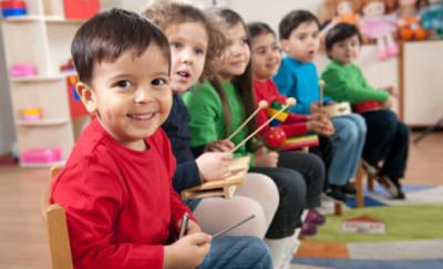 子ども達が楽器を持っている画像