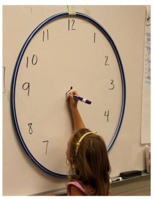 時計のお絵かきをしている女の子の画像
