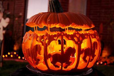 ハロウィンで手作りした馬の形に彫っているかぼちゃのイメージ画像