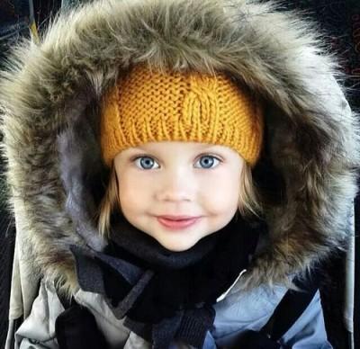 ブランドダウンジャケットを着た女の子の画像