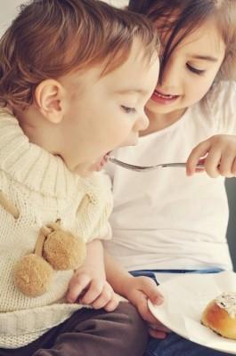 USJの子ども低アレルゲンメニュー対応のおすすめレストランで料理を食べる子どもたちのイメージ画像