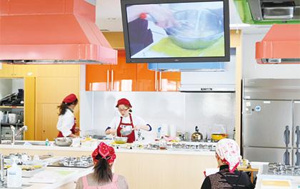 親子で通う料理教室の調理風景の画像