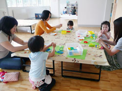 子連れで行ける公共施設、工作中の子どもの画像
