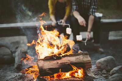 埼玉の遊び場でたき火でマシュマロを焼いている画像